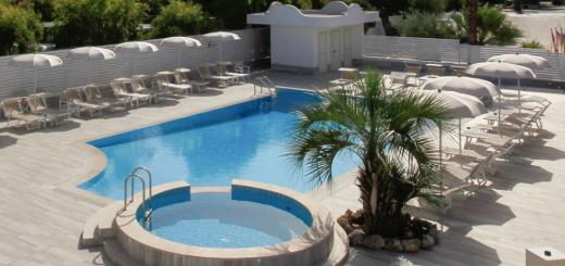 vista panoramica piscina di Garden Hotel Ripa
